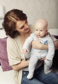 幸せな母と赤ちゃんの肖像画