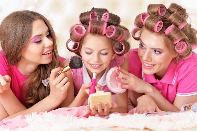 집에서 헤어 컬러를 입은 행복한 엄마와 딸들의 초상화