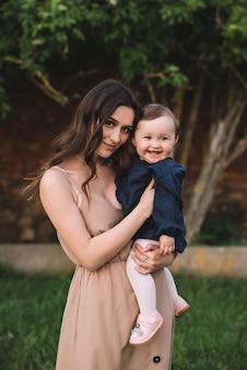 Портрет счастливой матери и маленькой улыбающейся дочери