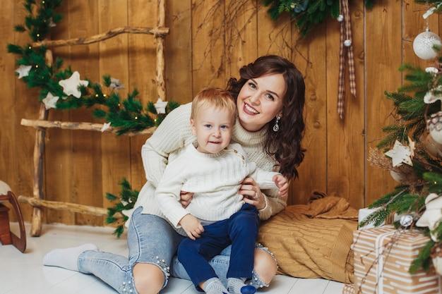 幸せな母と息子の肖像画。