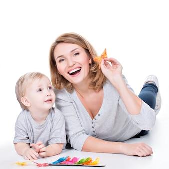 거짓말하는 작은 아이와 함께 연주 행복 한 어머니의 초상화-흰색에 고립
