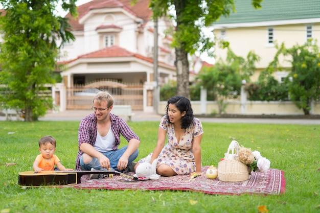 야외에서 함께 결합 한 아이와 함께 행복 다민족 가족의 초상화