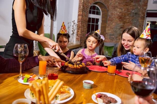 自宅で誕生日を祝う幸せな多民族家族の肖像画