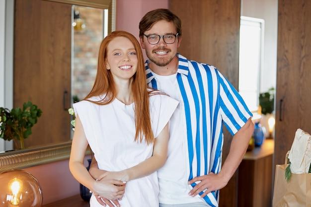 Портрет счастливой новой пары владельцев дома