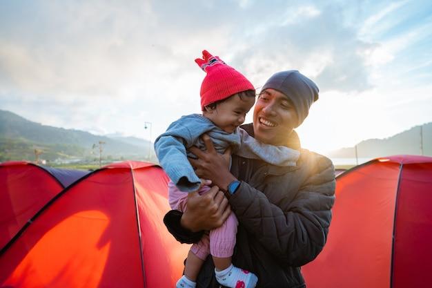 아름다운 언덕 전망과 함께 캠프장 가족의 행복의 초상화