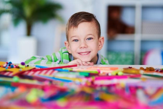 그의 얼굴에 큰 미소와 함께 행복 한 미취학 아동의 초상화