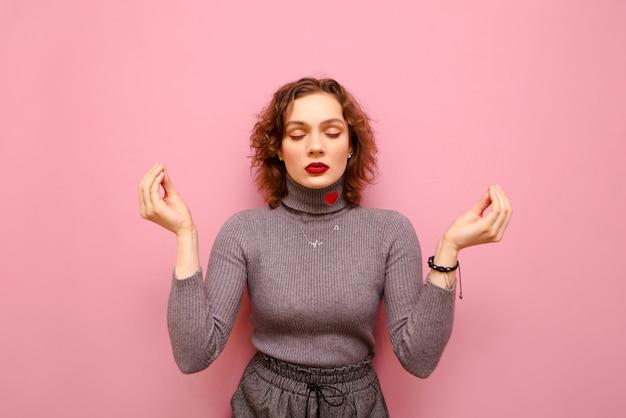회색 스웨터와 곱슬 머리에 행복 예쁜 여자의 초상화