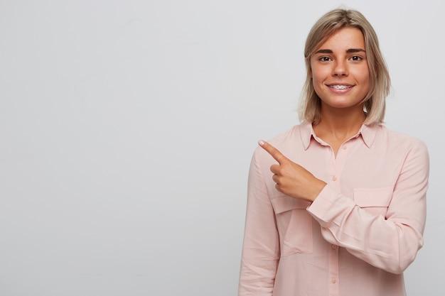 ブロンドの髪を持つ幸せなかなり若い女性の肖像画
