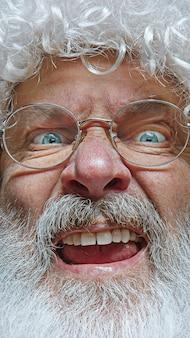 幸せなサンタクロースの肖像画。クリスマスのお祝いのコンセプト。