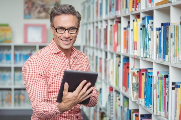 도서관에서 디지털 태블릿을 사용하는 행복 학교 교사의 초상