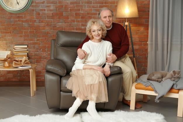 自宅で幸せな年配のカップルの肖像画