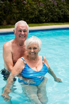 화창한 날에 수영장에서 행복 한 노인 부부의 초상화