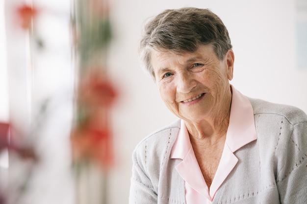 ナーシングホームで幸せな年配の女性の肖像画