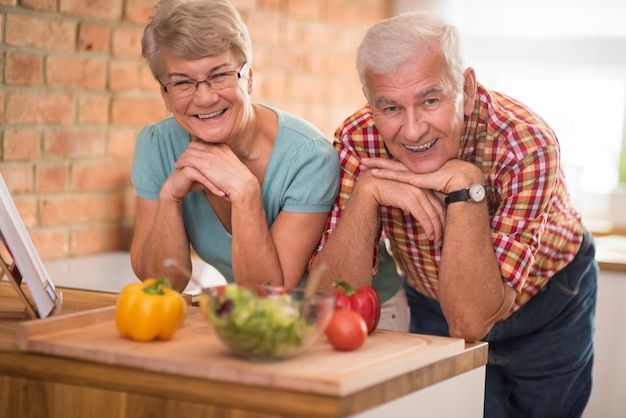 Портрет счастливых пожилых людей на домашней кухне
