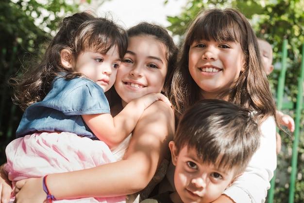 Портрет счастливых братьев и сестер