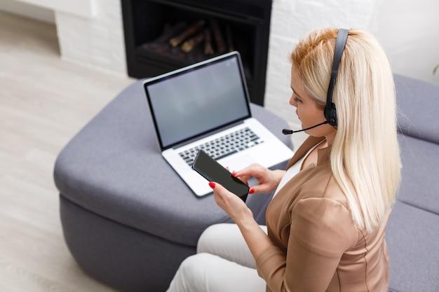Портрет счастливой опытной женщины среднего возраста, тренер по жизни, бизнес-консультант, психолог или медицинский консультант, радостно улыбающийся в камеру, работающий на ноутбуке, наслаждающийся своей работой, помогающий людям в интернете
