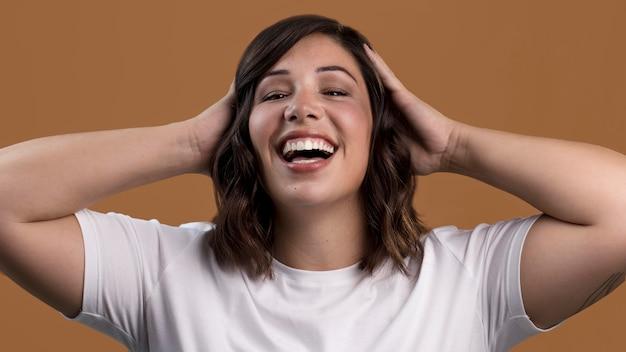 행복 하 게 웃는 아름 다운 여자의 초상화