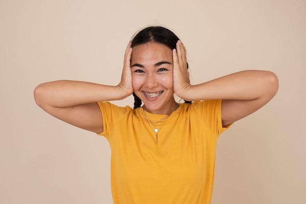 Портрет счастливый смайлик девочка-подросток