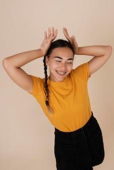 행복 웃는 십 대 소녀의 초상화