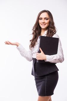 Портрет счастливой улыбающейся деловой женщины с черной папкой, изолированной на белой стене