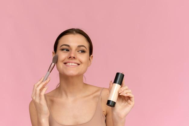 幸せな笑顔の白人の若い女性モデルの顔のメイクアップの肖像画