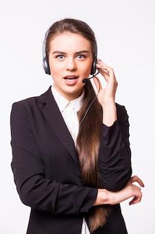 白い壁に分離されたヘッドセットの幸せな笑顔の陽気なサポート電話オペレーターの肖像画