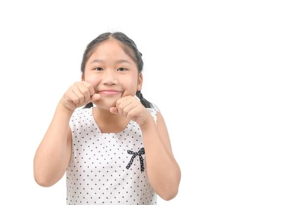 コピースペース、子供と子供のコンセプトで白い背景で隔離幸せな笑顔の子供の女の子の肖像画