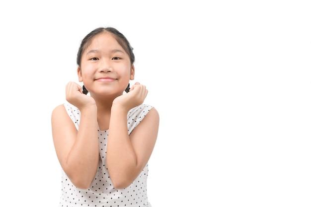 コピースペース、子供と子供のコンセプトで白い壁に分離された幸せな笑顔の子供の女の子の肖像画
