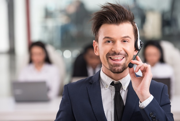 Портрет счастливый улыбающийся клиент поддержки телефона.