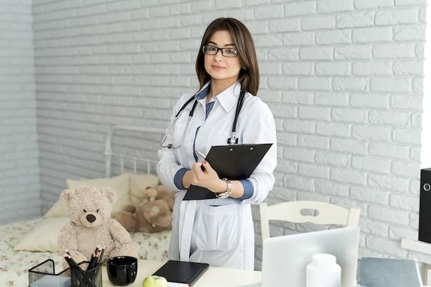 청진 기를 가진 행복 한 미소 의사 여자의 초상화