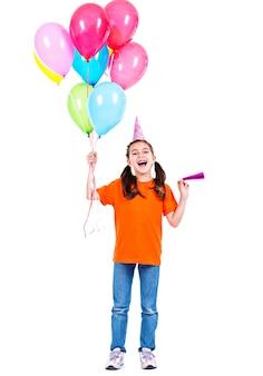 カラフルな風船を保持しているオレンジ色のtシャツの幸せな笑顔の女の子の肖像画-白で隔離