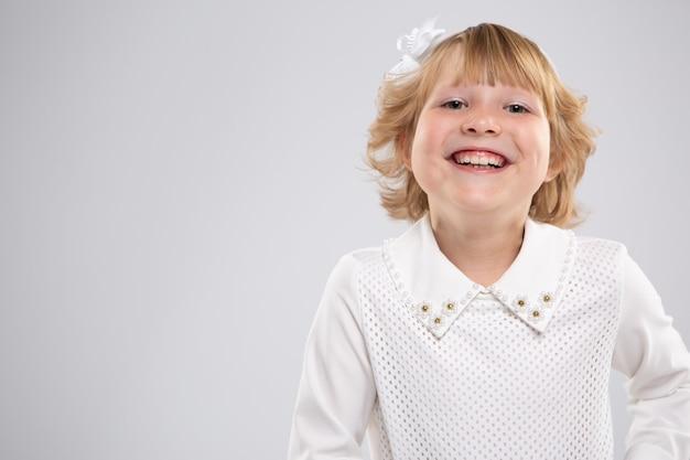幸せな笑顔の女の子の肖像画