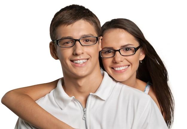 Портрет счастливой улыбающейся молодой пары