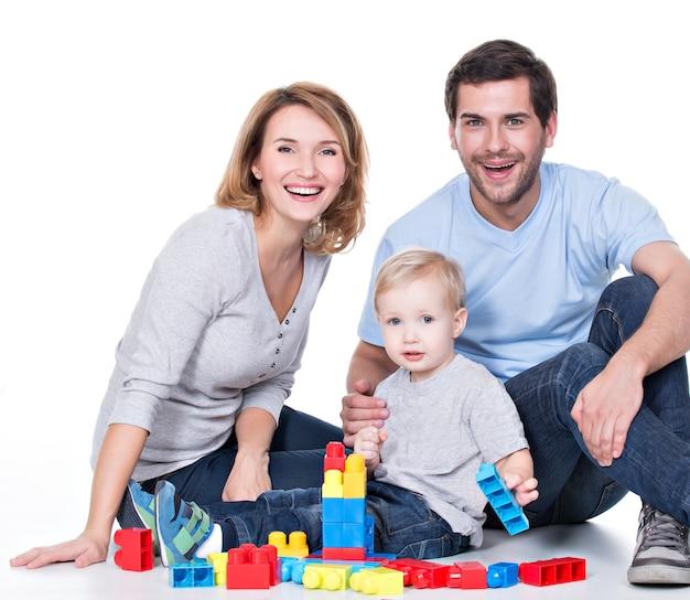 아기와 함께 연주 행복 웃는 젊은 부모의 초상화-흰색에 고립