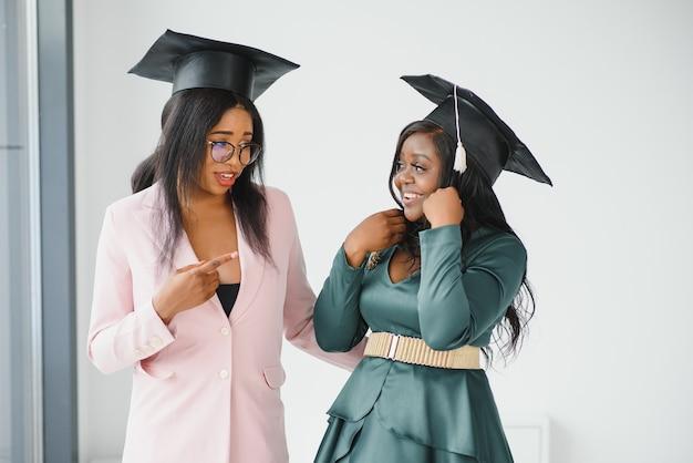 Портрет счастливых студентов с дипломами в день выпуска