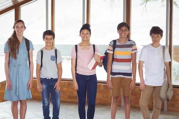 廊下に立って幸せな学生の肖像画