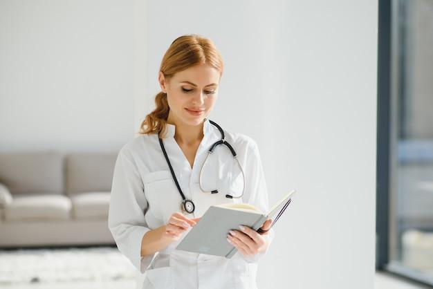 幸せな成功した女医の肖像画