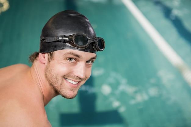 Портрет счастливого пловца собирается нырнуть в бассейн
