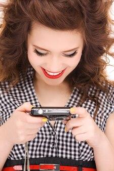 デジタルカメラで幸せな10代の少女の肖像画