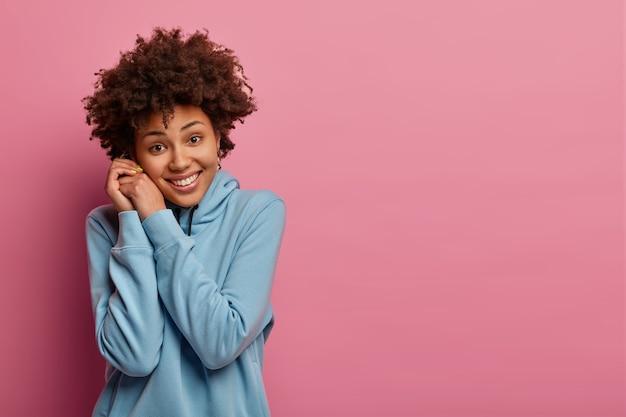 アフロ巻き毛の幸せな10代の女性の肖像画、心から笑顔