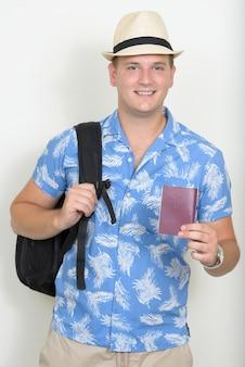 ブロンドの髪を持つ幸せな観光客の男の肖像画