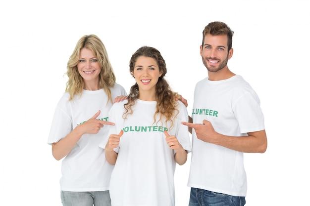 友人を指している幸せなボランティアの肖像