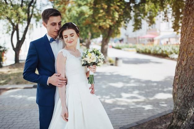 Портрет счастливой свадьбы пара на открытом воздухе. фантастический летний день
