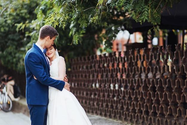 Портрет счастливой свадьбы пара на открытом воздухе.