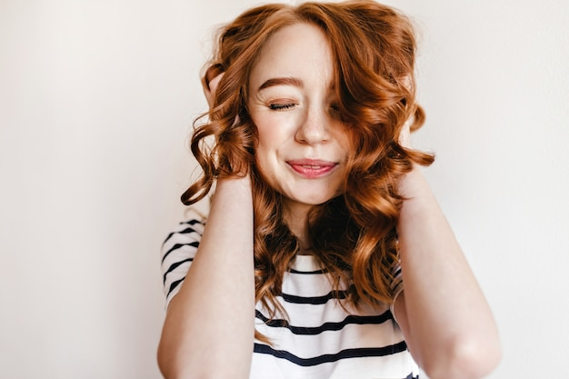 아름 다운 붉은 머리를 가진 행복 한 백인 여자의 초상화. 진지한 미소로 포즈를 취하는 꿈꾸는 생강 여성 모델.