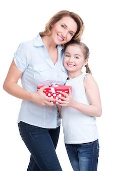 Портрет счастливой белой матери и молодой дочери с подарком - изолированные