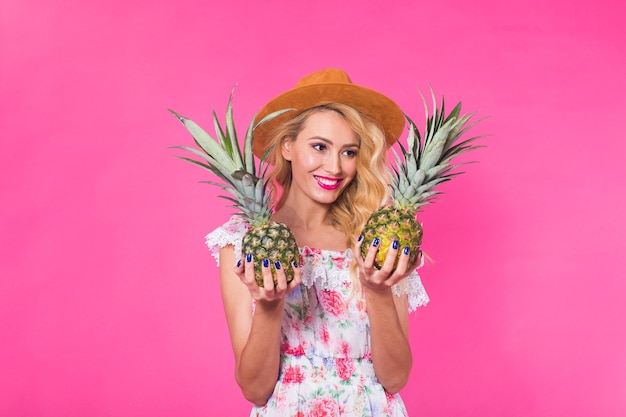 행복 한 여자와 분홍색 벽에 파인애플의 초상화. 여름, 다이어트 및 건강한 라이프 스타일