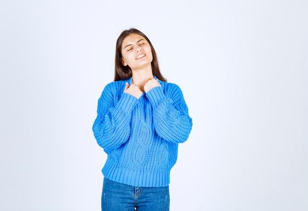 Портрет счастливой женщины в голубом свитере горячее чувство на белизне.