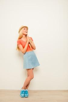 Портрет счастливой женщины в летней шляпе, ожидающей особого момента