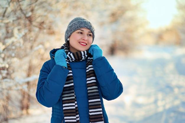 겨울 옷에 행복 한 여자의 초상화입니다. 겨울 눈 숲 공원에서